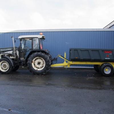 Lamborghini – Traktori, kauhalla + peräkärry lehti-imurilla